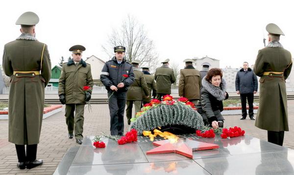 Возложение цветов к Вечному огню в День защитников Отечества и Вооружённых Сил Республики Беларусь